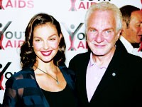 Ashley Judd wearing the YouthAIDS pendant, with David Yurman.