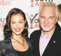 Ashley Judd and David Yurman at the Youth AIDS press conference in 2004.