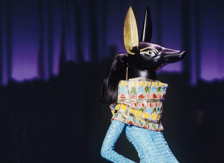 A Stephen Jones–designed Anubis headpiece at Dior's spring 2004 couture runway show.