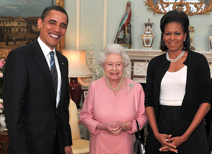 Michelle Obama wearing an Isabel Toledo ensemble with an Azzedine Alaïa cardigan, standing with President Barack Obama and Queen Elizabeth II.