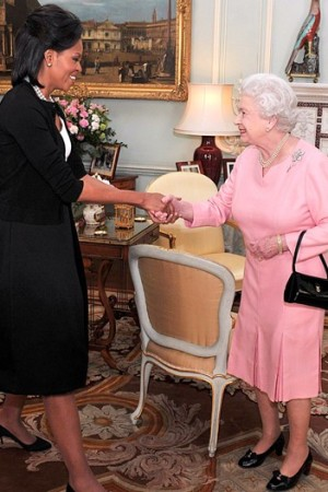 Oscar de la Renta took First Lady Michelle Obama to task for wearing a sweater to meet Queen Elizabeth II.