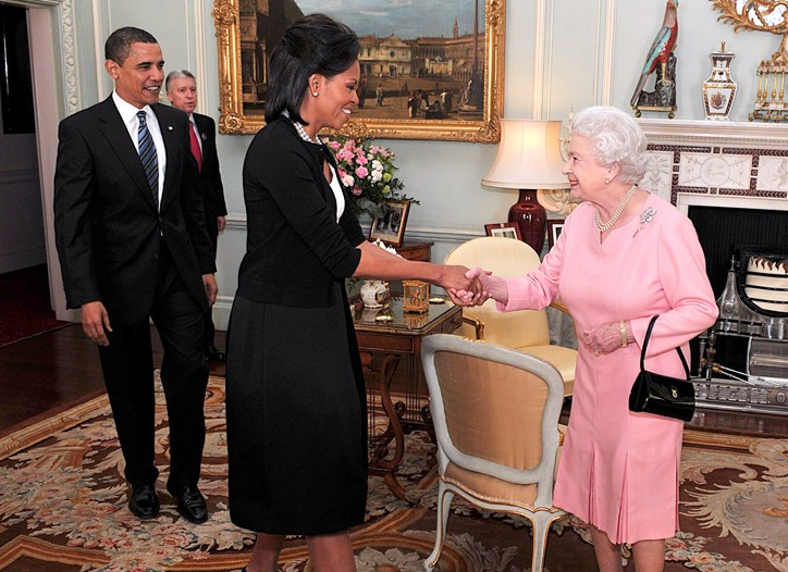 Oscar de la Renta took First Lady Michelle Obama to task for wearing a sweater to meet Queen Elizabeth II.