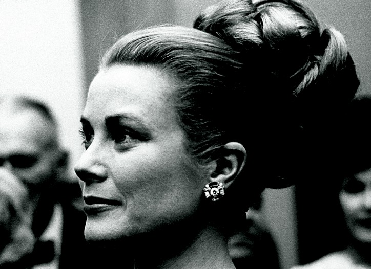 Princess Grace of Monaco in 1963 wearing a Cartier necklace.