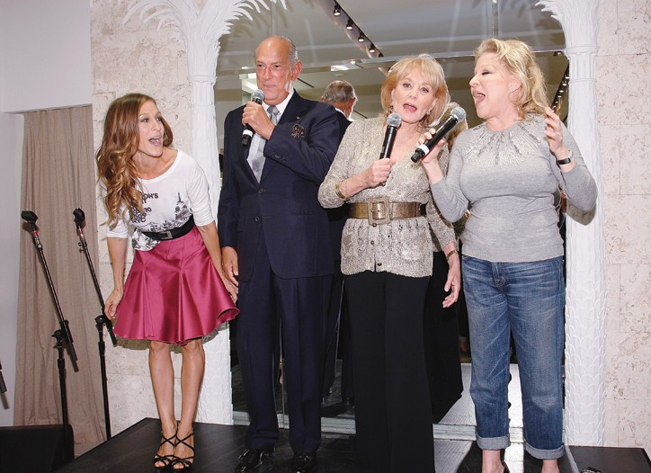Sarah Jessica Parker, Barbara Walters and Bette Midler sing with Oscar de la Renta.