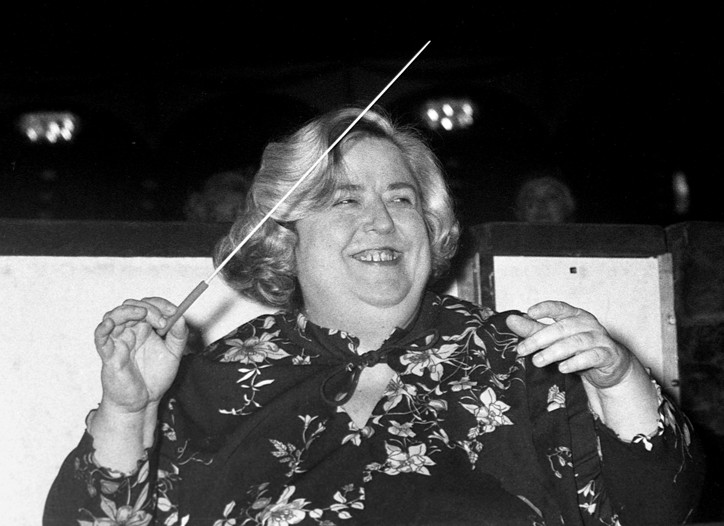 Sarah Caldwell conducts the Metropolitan Opera orchestra at a dress rehearsal for La Traviata in 1976.