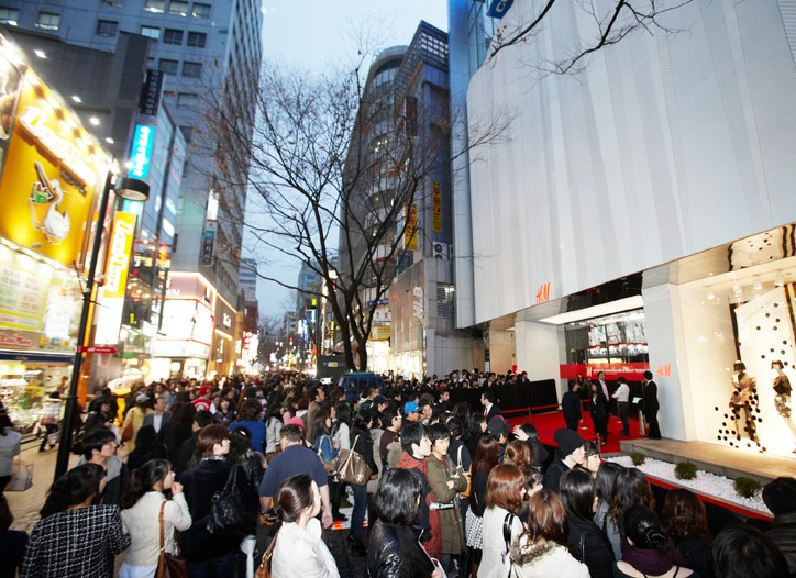 A crowd outside the new H&M in Seoul.