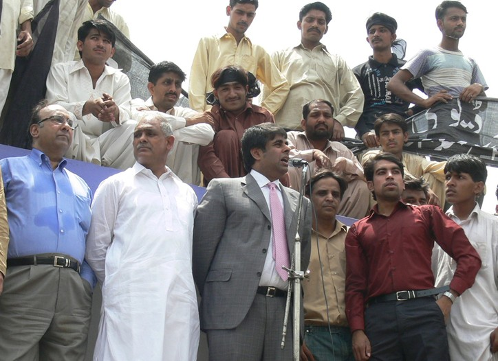 All Pakistan Textile Mills Association chairman Ejaz Gohar addressing workers at a protest.