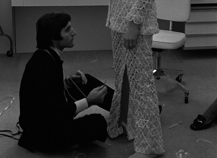 Emanuel Ungaro fitting a model in 1968.