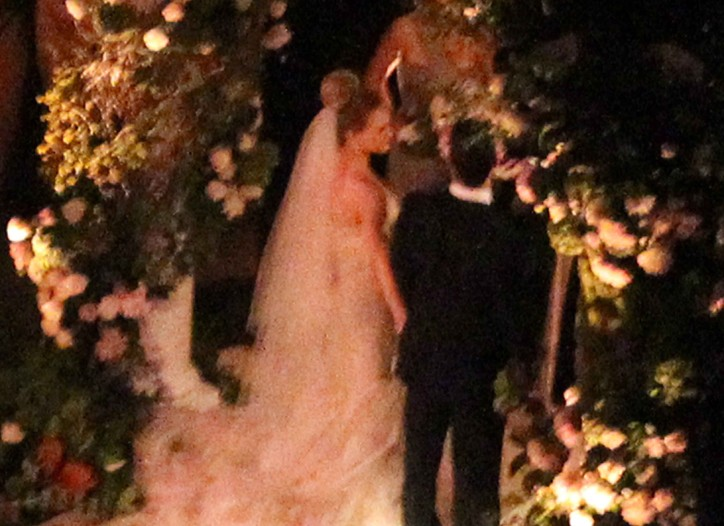 Hilary Duff, in a Vera Wang wedding gown, weds Mike Comrie.