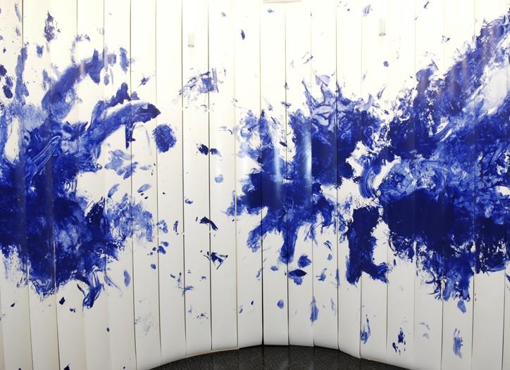 Artist Evelina Floris' homage to Yves Klein at the Uman presentation.
