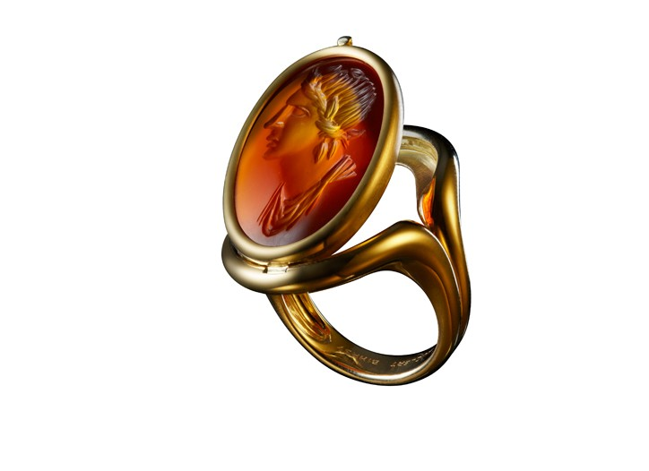18 carat gold ring set with a 17th century carnelian intaglio featuring a laureate Apollo.