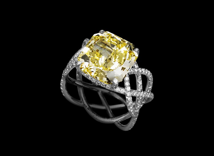The Daffodil engagement ring by Lorenz Bäumer.