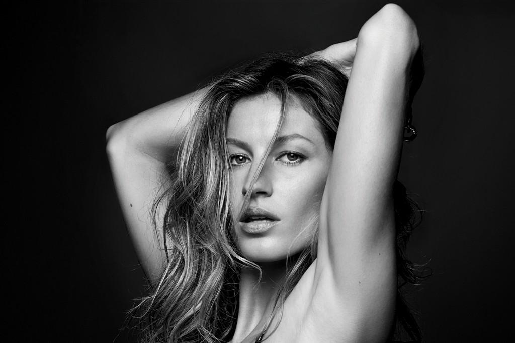 Gisele Bündchen models her sexy lingerie line.