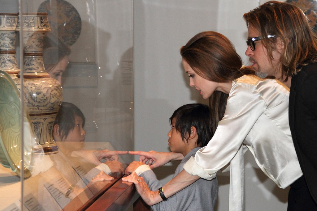 Angelina Jolie wearing a tablet-shaped diamond engagement ring at the Los Angeles County Museum.