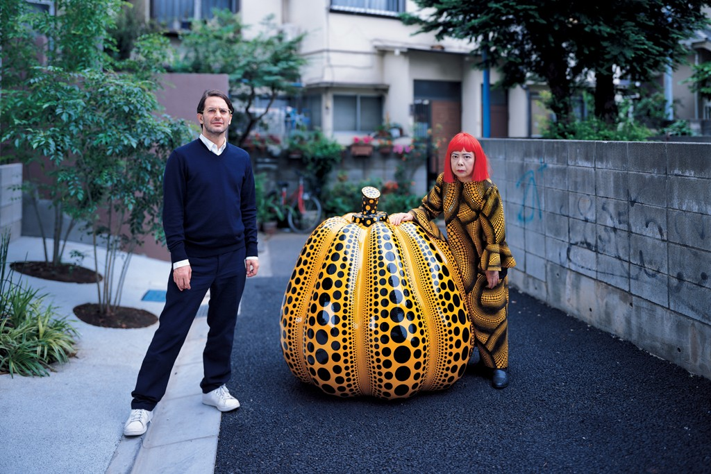 Marc Jacobs with Yayoi Kusama in front of her studio in 2006.