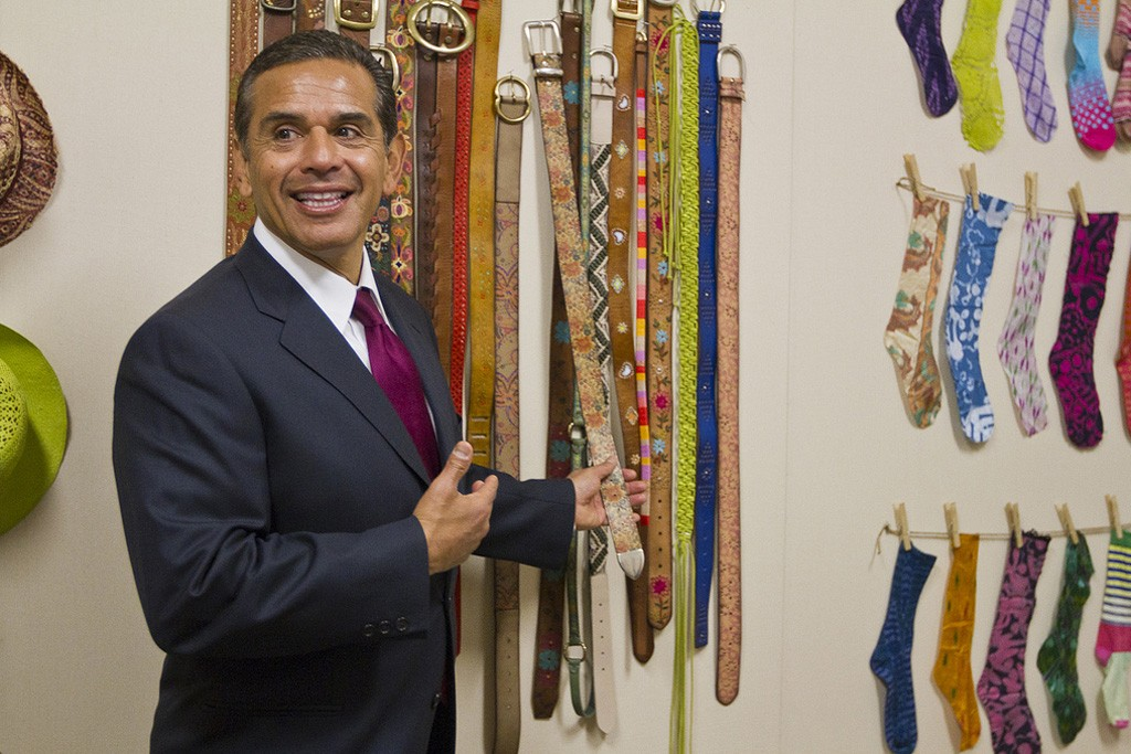 Mayor Antonio Villaraigosa tours Lucky Brand's new headquarters in downtown L.A.