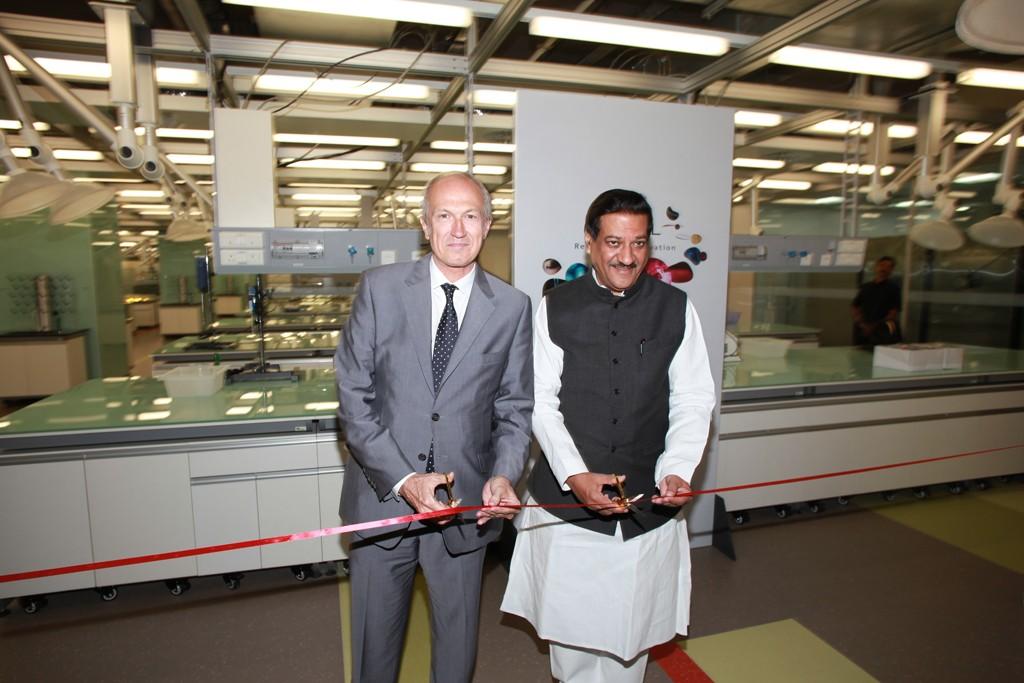 Jean-Paul Agon with Prithviraj Chauhan, chief minister of Maharashtra.