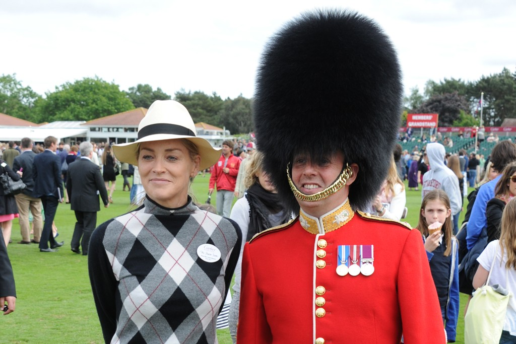 Sharon Stone with a member of the Queen's Guard.