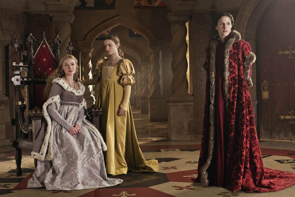 Rebecca Ferguson as Elizabeth Woodville and Faye Marsay as Anne Neville with Hale.