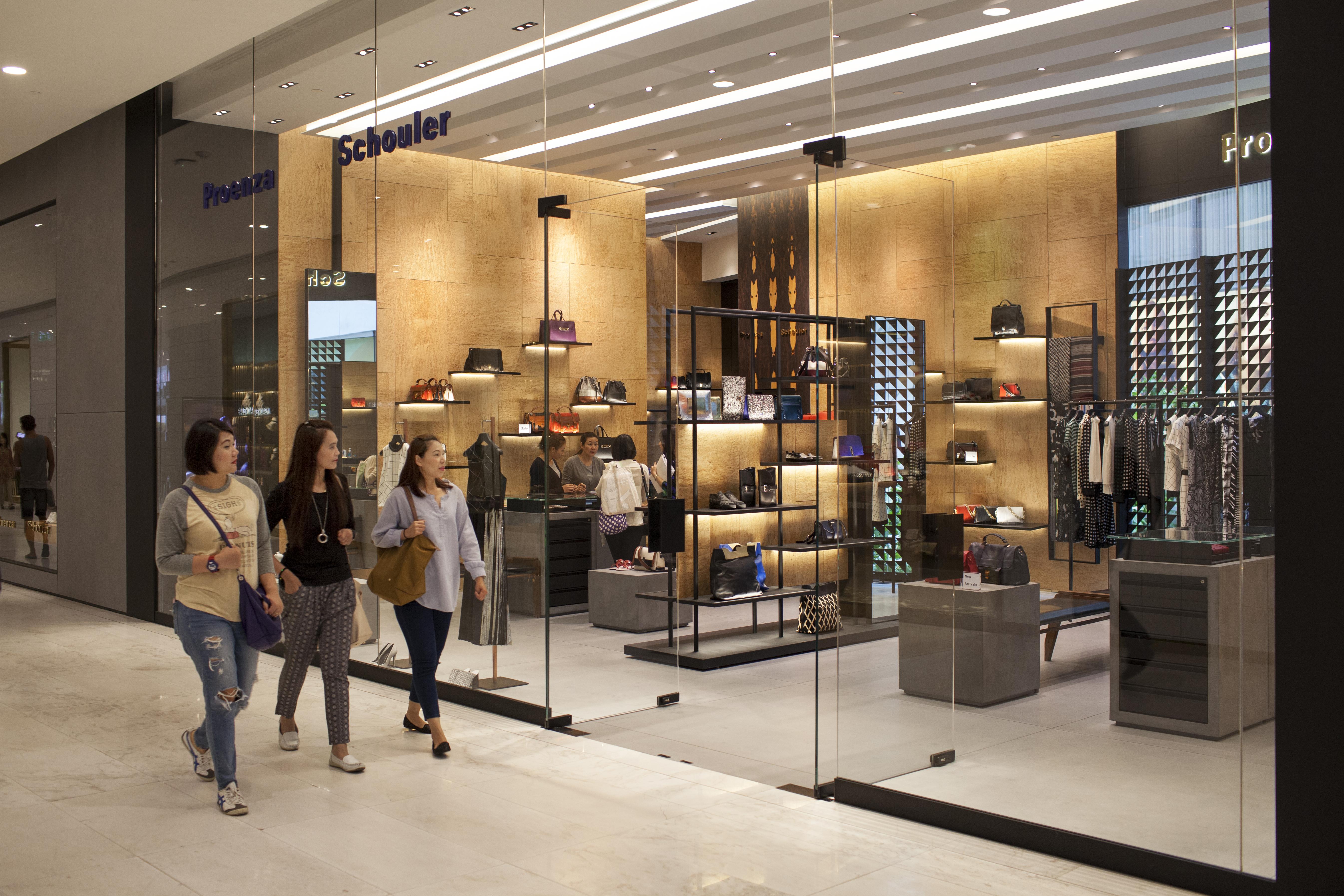 Shoppers Em Quarter