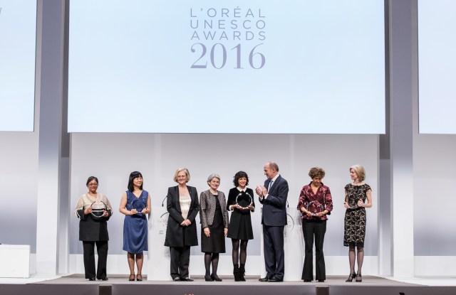 Jean-Paul Agon, Irina Bokova and the laureates of the L'Oréal-UNESCO Awards laureates