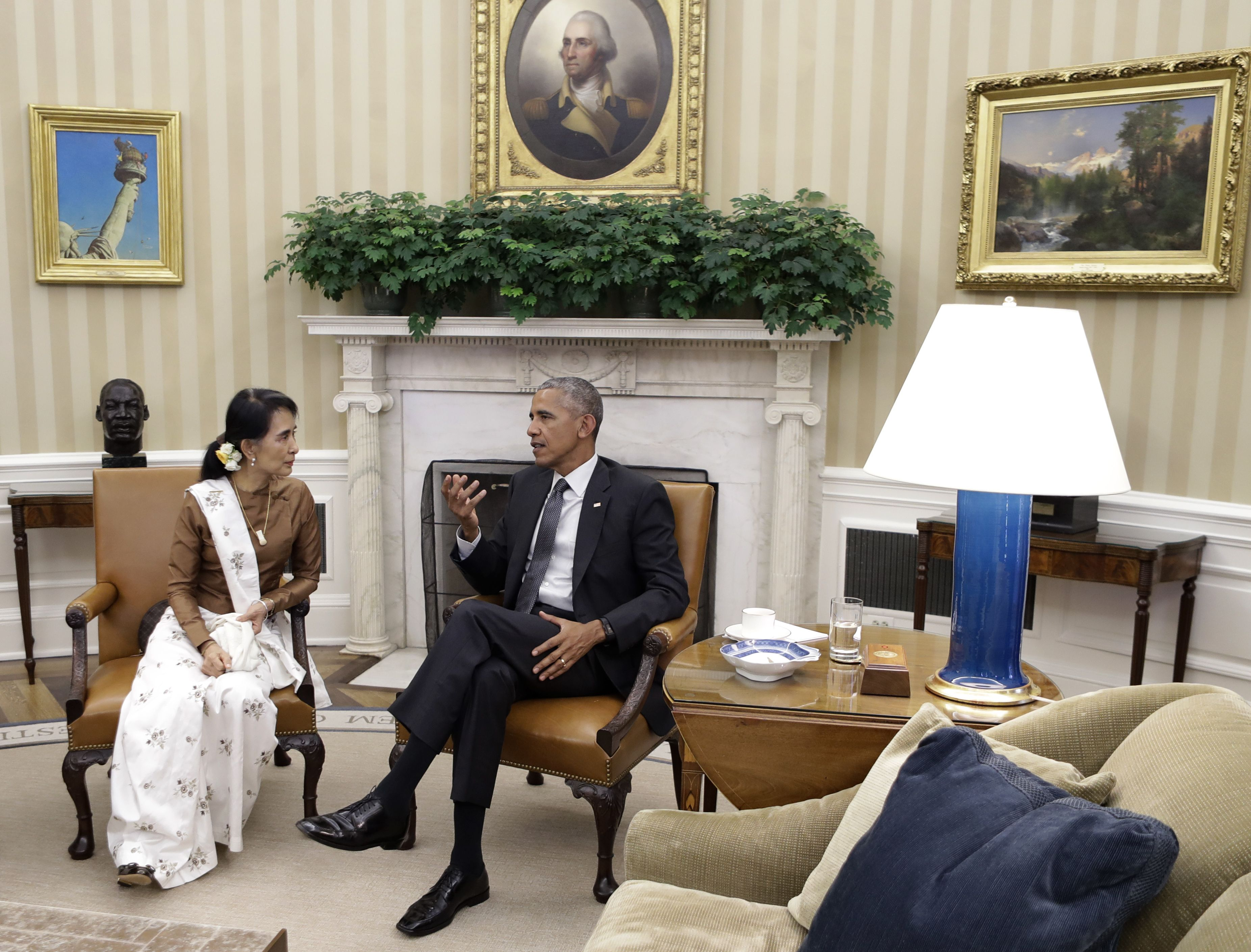 Aung San Suu Kyi meets with President Obama in the Oval Office.