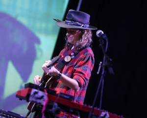 Samantha Ronson performing with Ocean Park Standoff