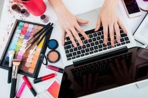 blogger-on-computer