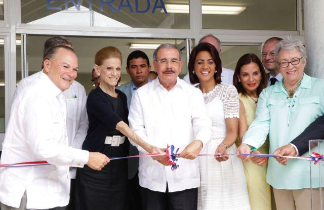 From left, Frank Rainieri, Annette de la Renta, Danilo Medina and Cándida Montilla de Medina, the First Lady of the Dominican Republic, at the ribbon cutting.
