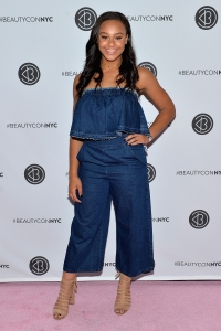NEW YORK, NY - MAY 20: Nia Sioux attends Beautycon Festival NYC 2017 at Brooklyn Cruise Terminal on May 20, 2017 in New York City. (Photo by Noam Galai/Getty Images for Beautycon)