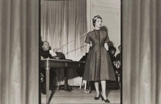 Christian Dior and model Victoire, 1953. She wearsVictorinedress, Autumn-Winter 1953 Haute Couture collection,Vivanteline.