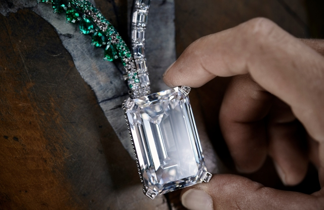 De Grisogono created a necklace with 5,949 brilliant-cut emeralds and weighing 38.84 carats to frame the diamond.