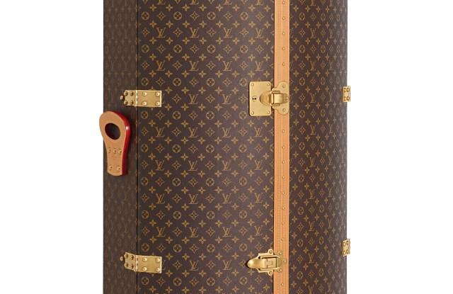 Punching Trunk Karl Lagerfeld et Louis Vuitton, en toile Monogram, contenant une Punching Suitcase. - vue de 3/4.