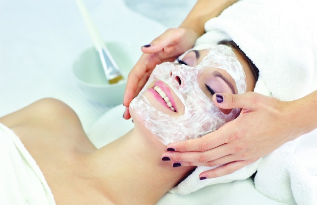 applaying facial mask