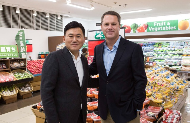 Hiroshi Mikitani and Doug McMillon at a Seiyu store in Japan.