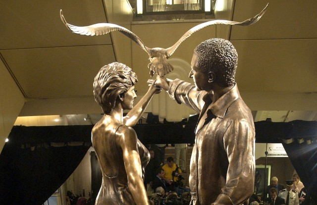 Statue of Dodi al Fayed and Princess Diana at Harrods