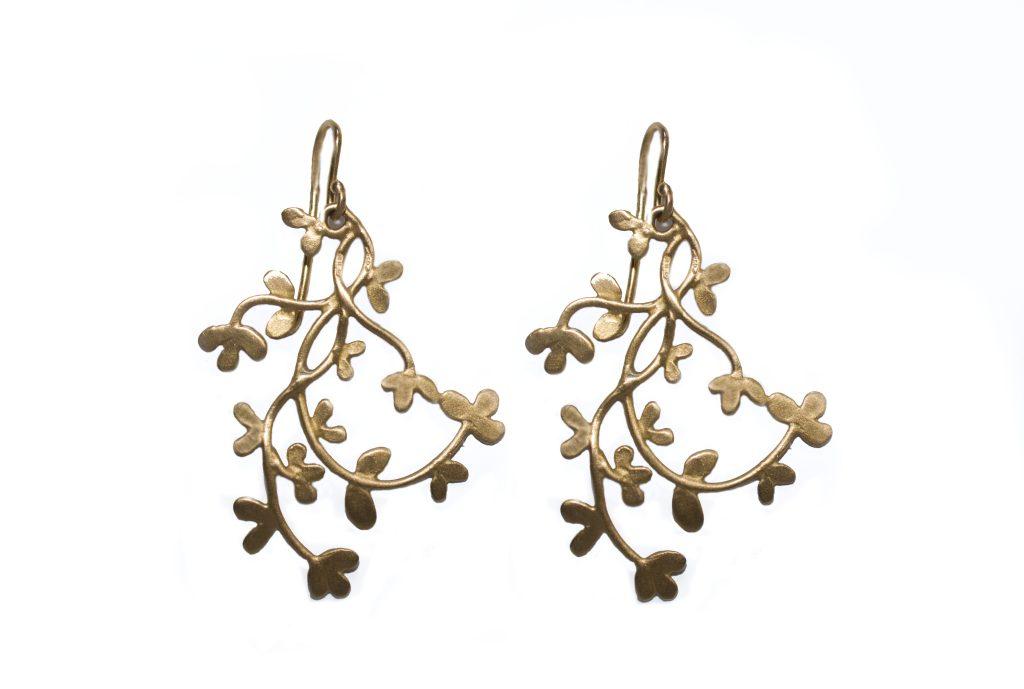 Agapanthus' twig-shaped earrings in 9-karat gold.