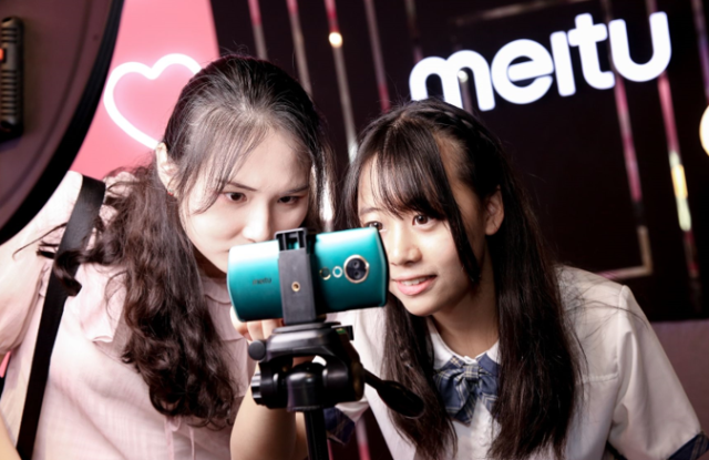 Meitu, the maker of hot digital photo editing apps, is pivoting to social networks and creating beauty offline.