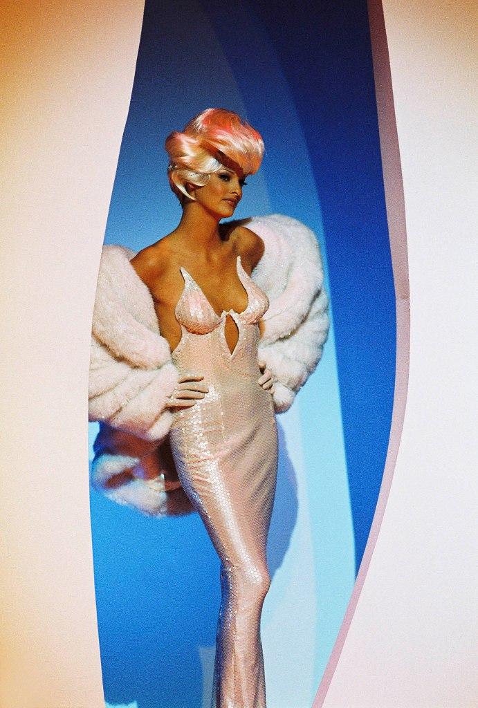 """Linda Evanglista über die Dreharbeiten zum Video zu George Michaels Song """"Too Funky"""" von Patrice Stable, Paris, 1992, Regie Thierry Mugler."""