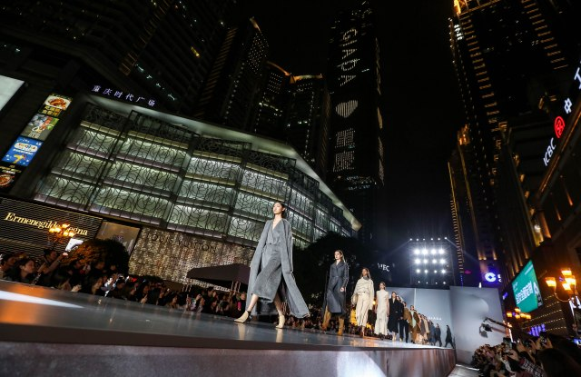 Giada staged a fashion show in the heart of Chongqing at the People's Liberation Monument.