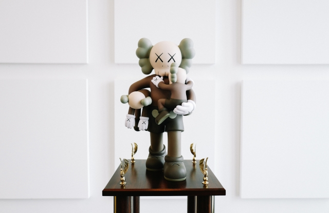 Detail of the Love Ball III trophy designed by KAWS.