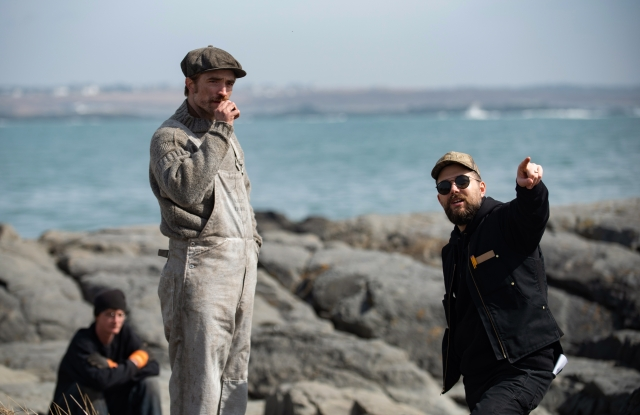 Actor Robert Pattinson (left) and director Robert Eggers (right) on the set of THE LIGHTHOUSE. Credit : Chris Reardon / A24 Pictures