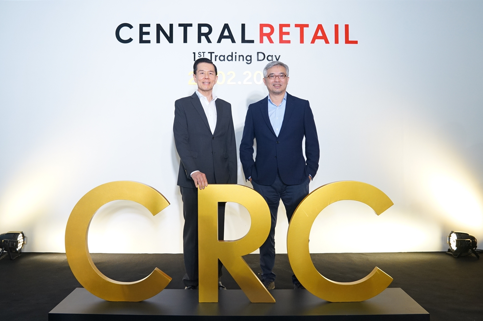 Yol Phokasub, ceo of Central Retail Corporation, left, and Tos Chirathivat, ceo of Central Group, right.