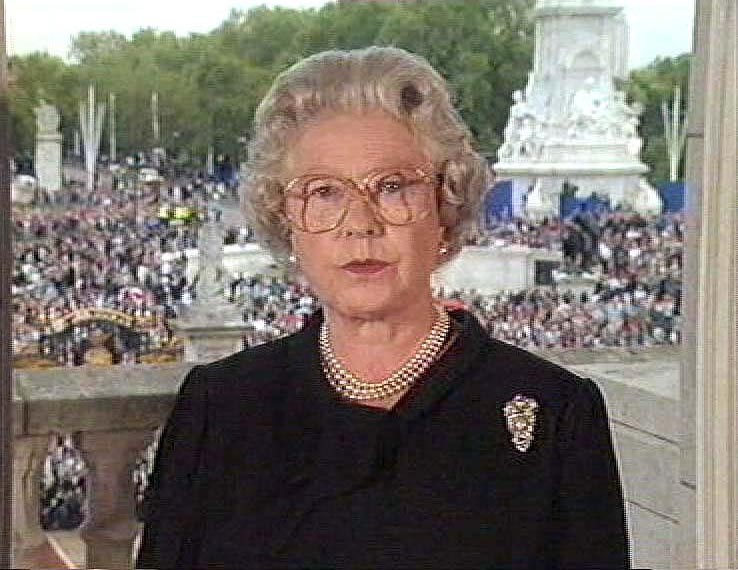 QUEEN ELIZABETH II SPEAKING TO THE NATIONQUEEN ELIZABETH II MAKING TELEVISED SPEECH ABOUT THE DEATH OF PRINCESS DIANA THE DAY BEFORE THE FUNERAL, BUCKINGHAM PALACE, LONDON, BRITAIN - 1997