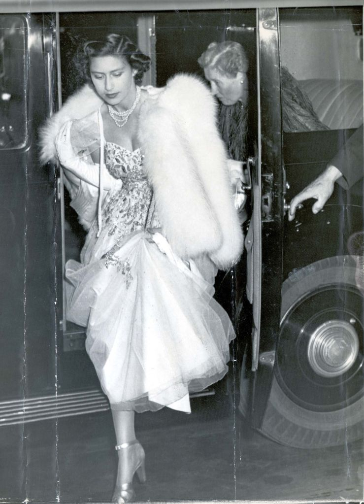Princess Margaret Goes To The Ball - September 1949 Princess Margaret Wearing A White Tulle Evening Gown With Silver Paillettes And White Fox Cape Arriving At The City Chambers Edinburgh For Last Night's Grand Festival Ball. Earlier In The Evening She Accompanied The Queen At A Performance Of Mozart's Opera 'cosi Fan Tutte' At The King's Theatre. Princess Margaret Goes To The Ball - September 1949 Princess Margaret Wearing A White Tulle Evening Gown With Silver Paillettes And White Fox Cape Arriving At The City Chambers Edinburgh For Last Night's Grand Festival Ball. Earlier In The Evening S