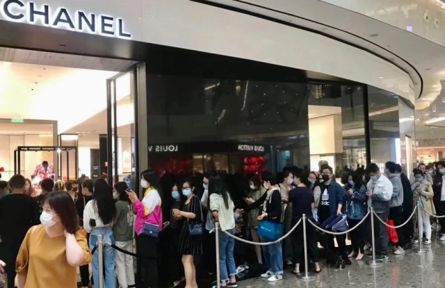 Long queue outside Chanel store in Hangzhou on Sunday rumors of significant price increases taking effect on Monday began to spread on social media.