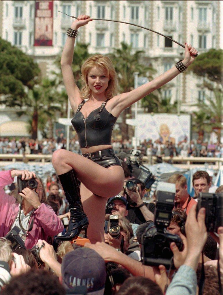 EVA HERZIGOVA Czech top model Eva Herzigova poses in a crowd of photographers on the Croisette in Cannes, French Riviera, during the 49th International Cannes Film festival . Eva Herzigova was posing mainly for famous US photographer Helmut Newton (unseenFRANCE CANNES FESTIVAL, CANNES, France