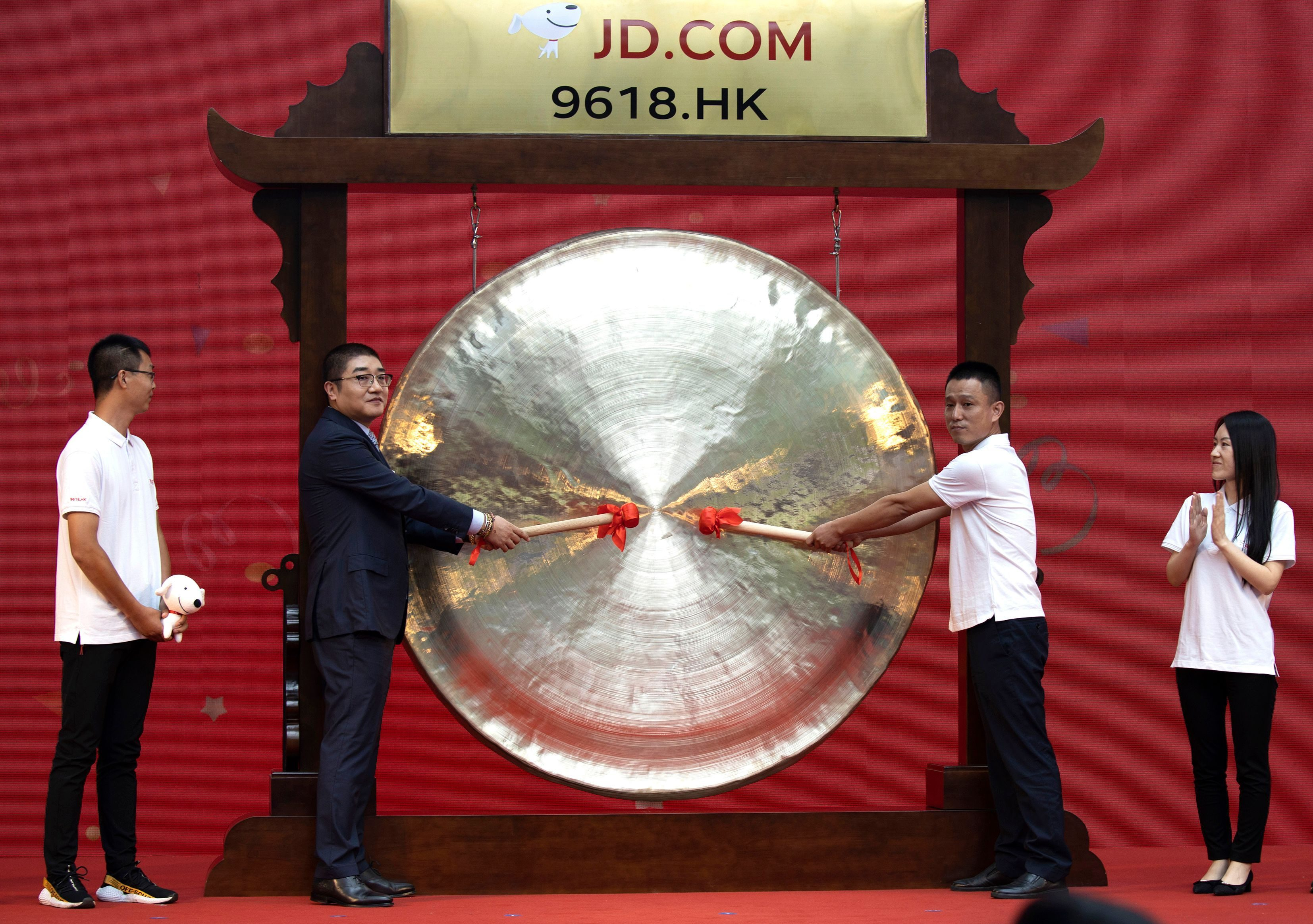 Xu Lei, head of JD Retail, second from left, sounds the gong to mark the listing of JD.com on the Hong Kong Stock Exchange.