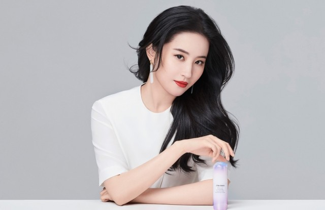 Mulan lead actress Liu Yifei is the global ambassador of Shiseido. She is holding a bottle of White Lucent Illuinaing Micro-Spot Serum in the campaign.