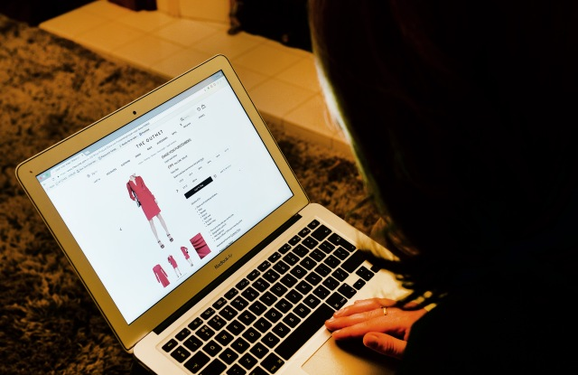 Online shopping stock. A woman looks at an online shopping website on a laptop. Picture date: Saturday October 15, 2016. Photo credit should read: John Stillwell/PA Wire URN:28924474